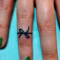 Тонкий черный узелок на пальце