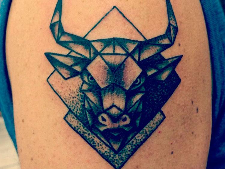 Бык в стиле геометрия на плече