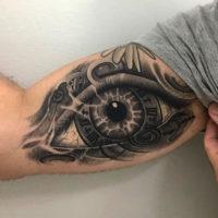 Глаз на бицепсе