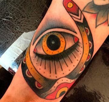 Глаз на предплечье в стиле традишнл