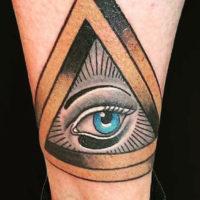 Глаз в треугольнике на голени