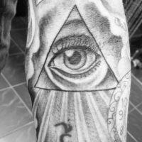 Глаз в треугольнике на предплечье