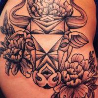 Голова быка с цветами на бедре