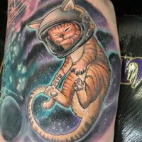 Кошка космонавт на пол руки