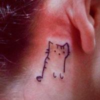 Маленькая тату кошки за ухом