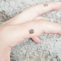 Маленькая татуировка глаза на пальце