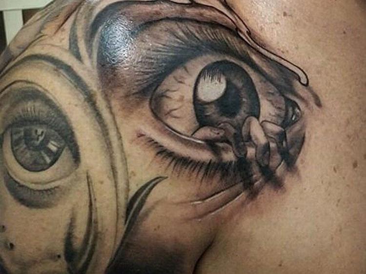 Тату глаз у мужчины на плече