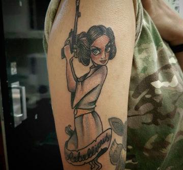 Тату на плече, пинап девушка с пистолетом