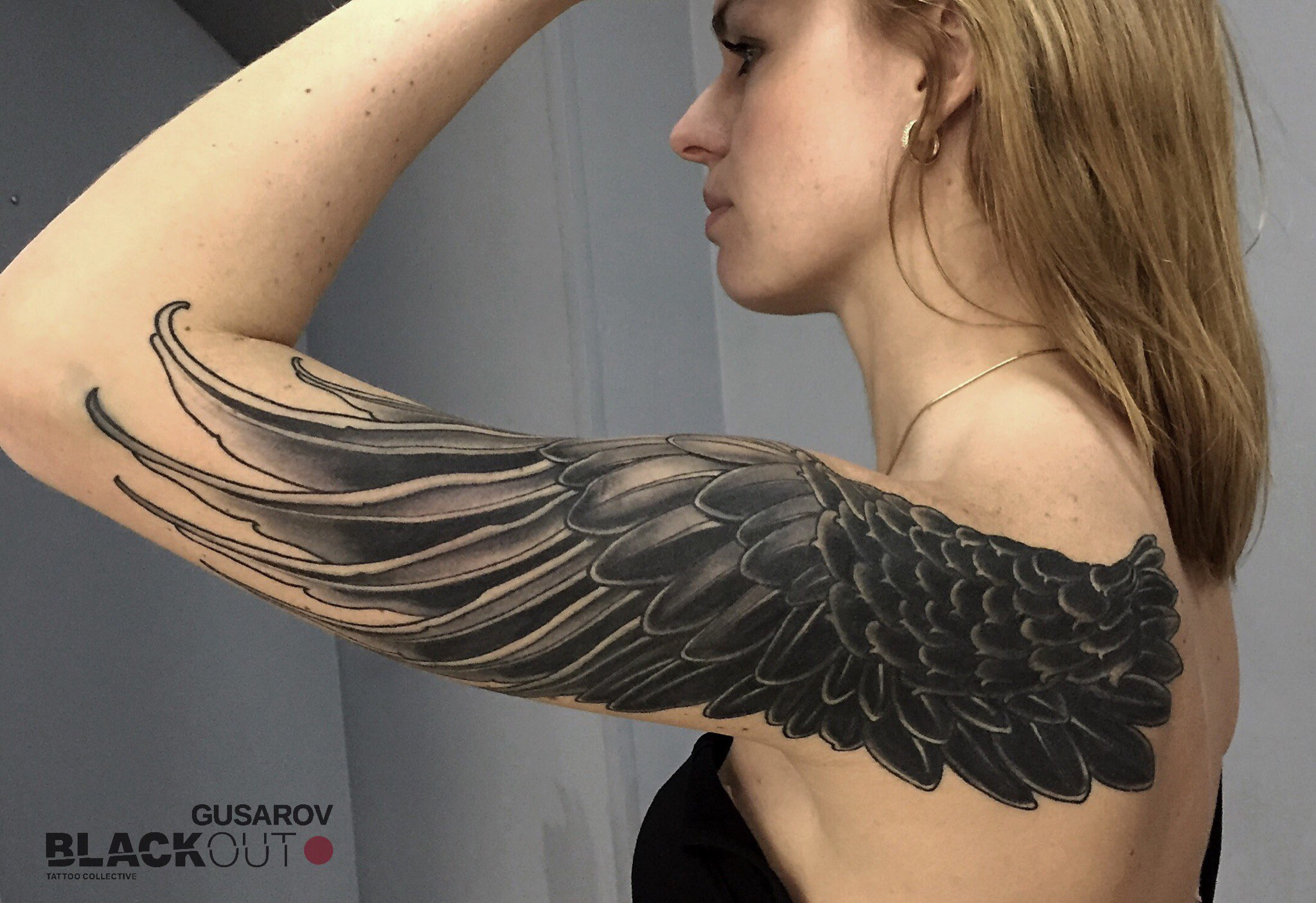Крылья тату на плечах