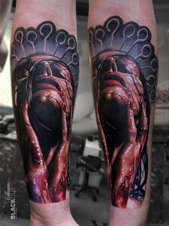 Фотореалистичная тату девушки в крови
