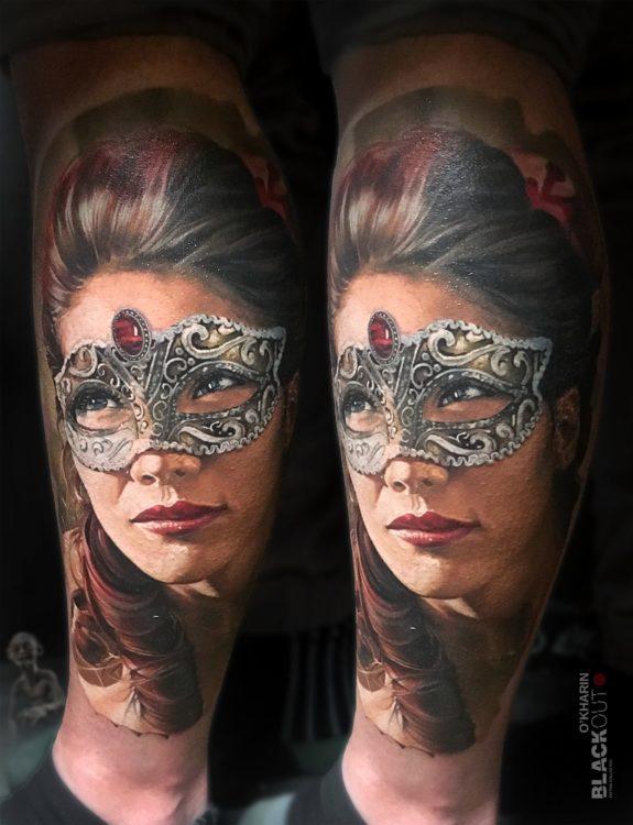 Портрет девушки в маске в стиле реализм