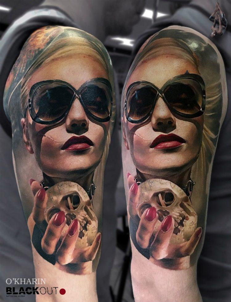 Портрет девушки в очках с черепом