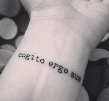Cogito, ergo sum на запястье
