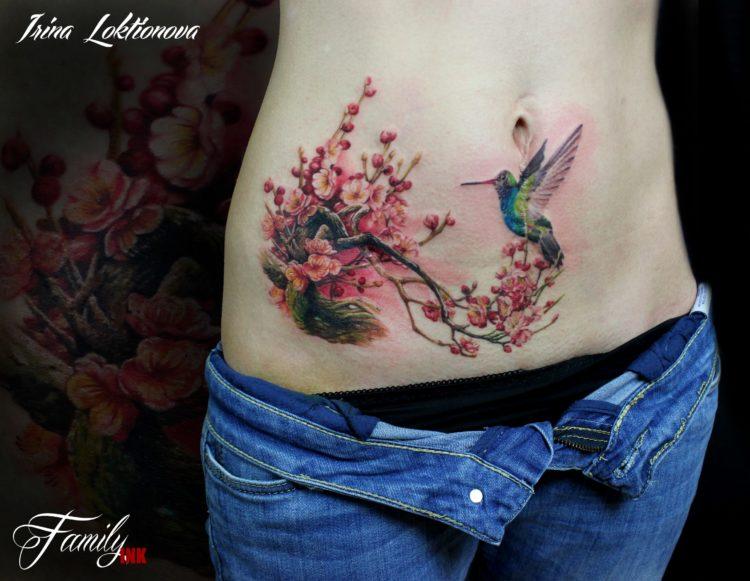 Цветущее дерево и колибри, тату на животе