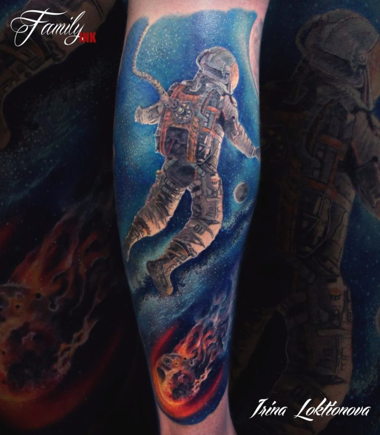 Космонавт в космосе, тату на ноге