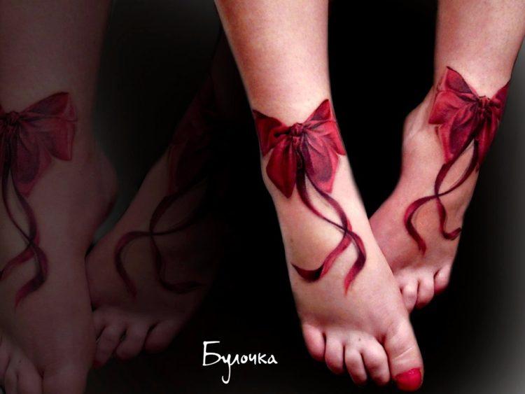 Красные банты на ступнях