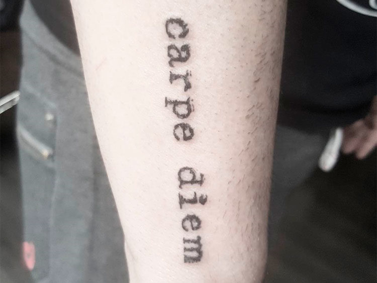 Надпись Carpe Diem на предплечье