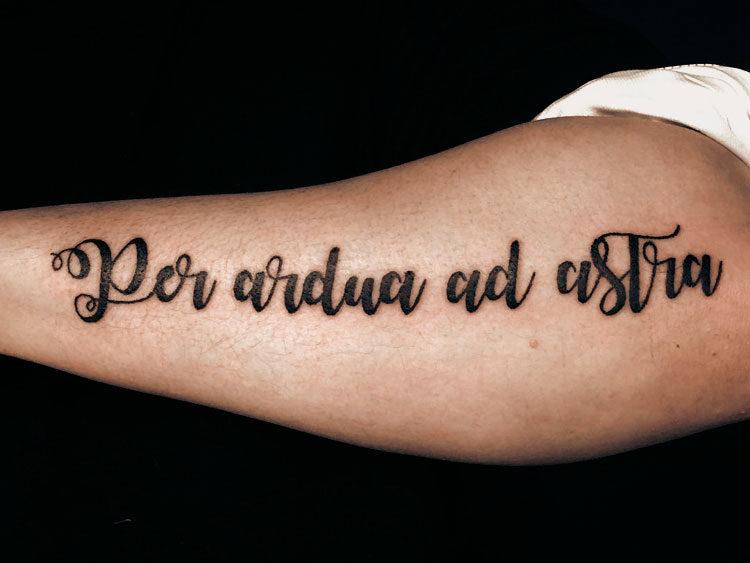 Надпись на латыни Per ardua ad astra