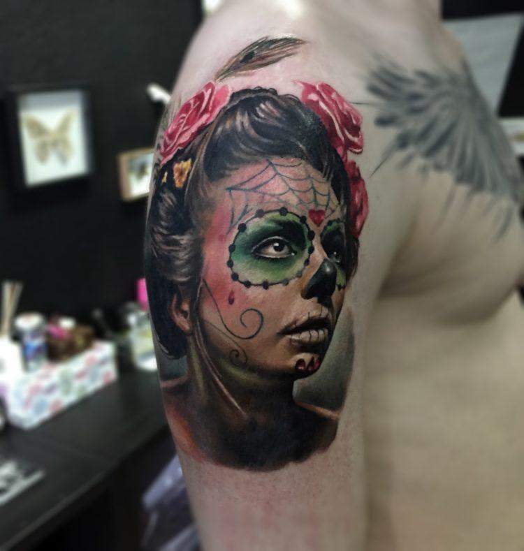 Портрет девушки с рисунком на лице, тату на плече