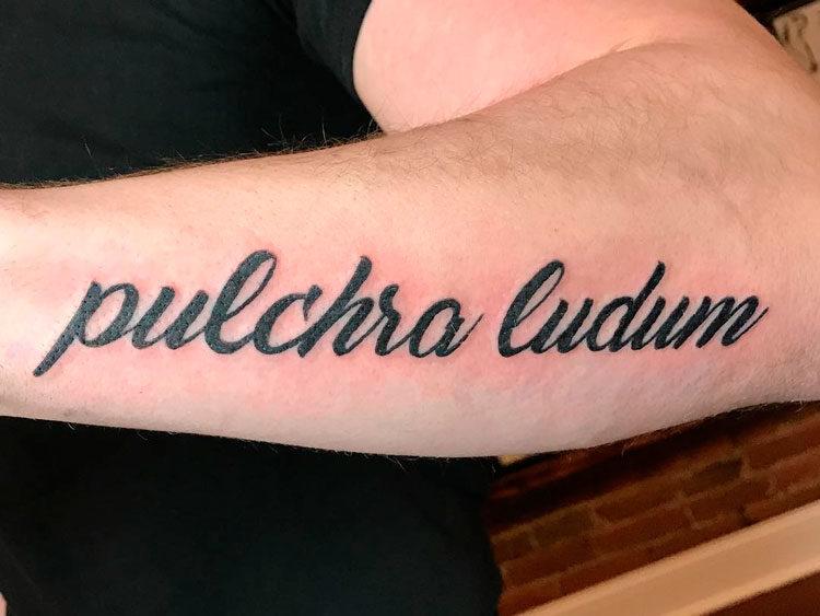 Надпись на предплечье Pulchra ludum