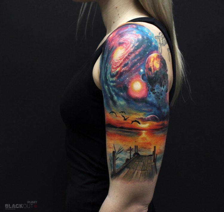 Тату на плече, космос и закат
