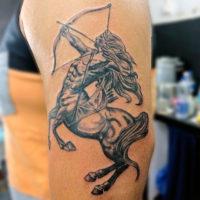 Татуировка стрельца на плече