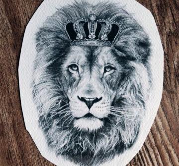 Эскиз льва с короной в стиле реализм