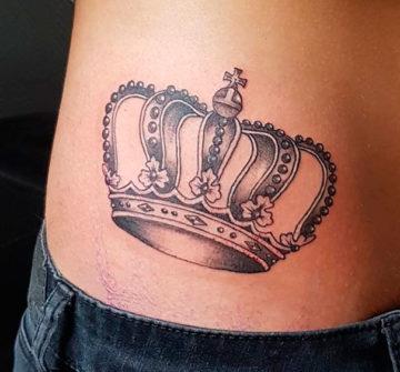 Корона на боку у девушки