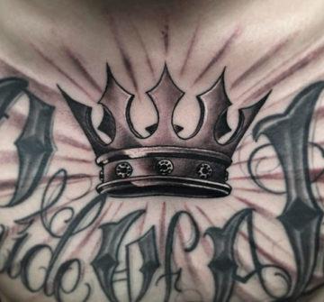 Корона на груди у мужчины