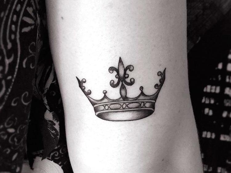 Корона на руке у девушки
