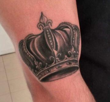 Корона на руке у мужчины