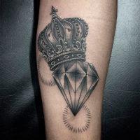 Корона с бриллиантом на руке