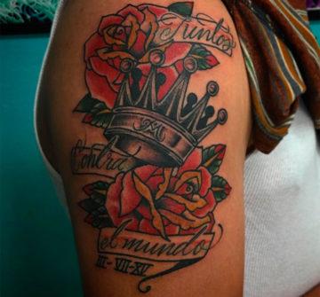 Корона с розами и надписями на ноге