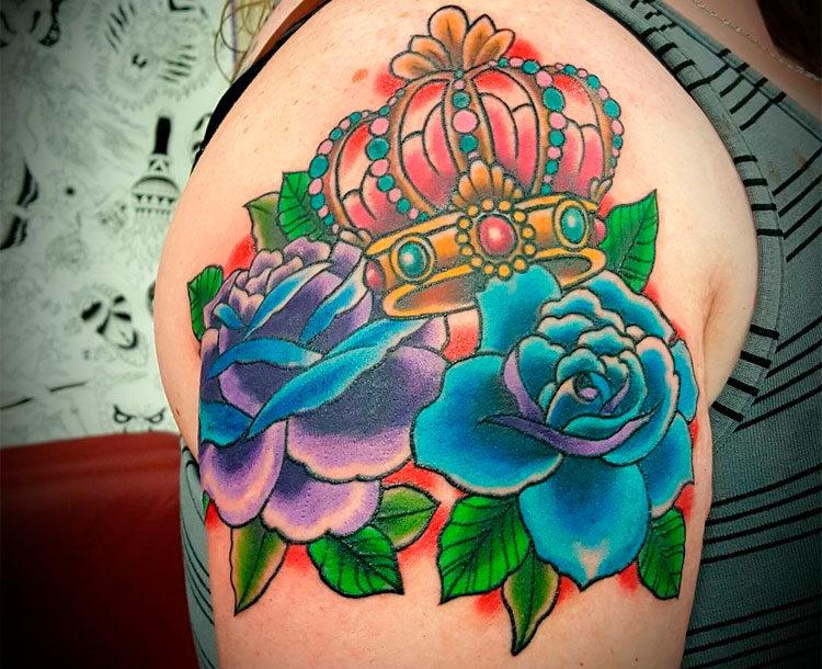 Корона с цветами на плече у девушки