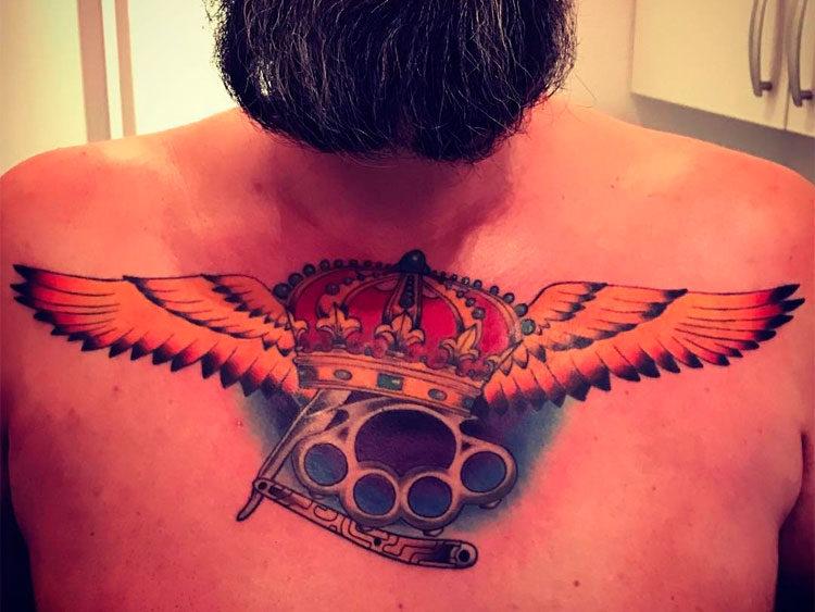 Корона с крыльями и кастетом на груди