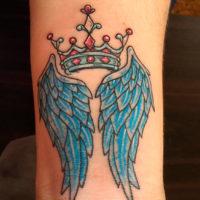 Корона с крыльями на запястье