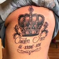 Корона с надписью на боку у девушки