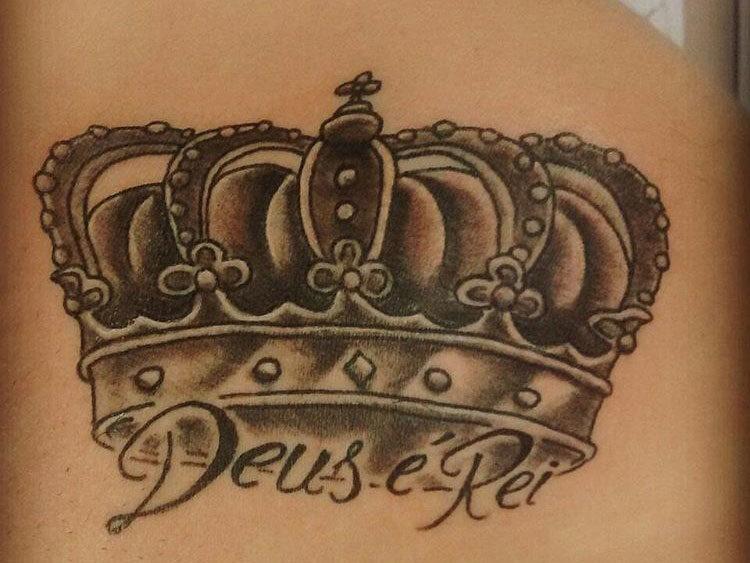Корона с надписью на лопатке