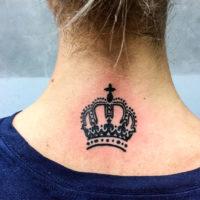 Корона вверху спины у девушки