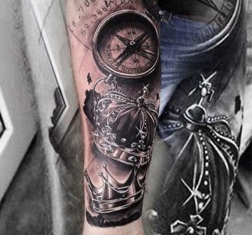 Короны и компас на предплечье, реализм, блек энд грей