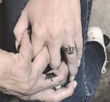 Короны на пальцах мужа и жены