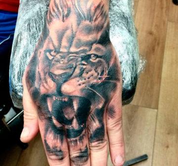 Лев на кисти руки
