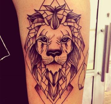 Лев на руке в стиле геометрия