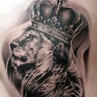 Лев с короной на лопатке у мужчины