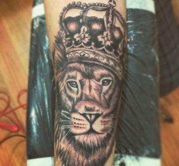 Лев с короной на предплечье