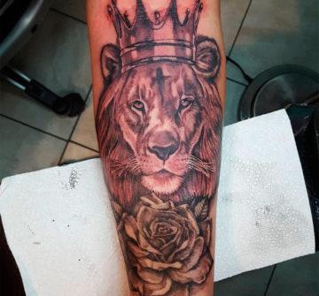 Лев с короной на предплечье у мужчины