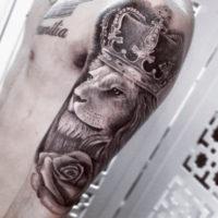 Лев с короной на руке у мужчины