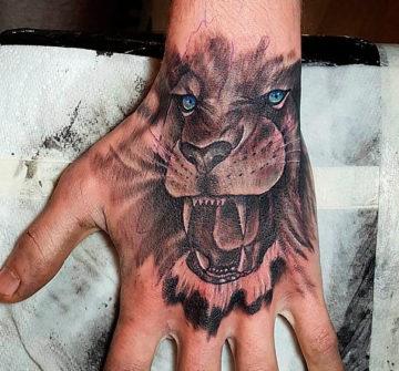 Лев с открытой пастью на кисти руки