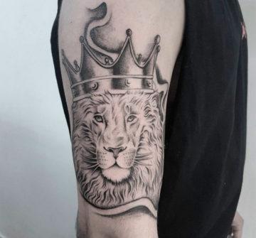 Лев в короне на руке, блек энд грей
