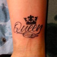 Маленькая корона с надписью на запястье